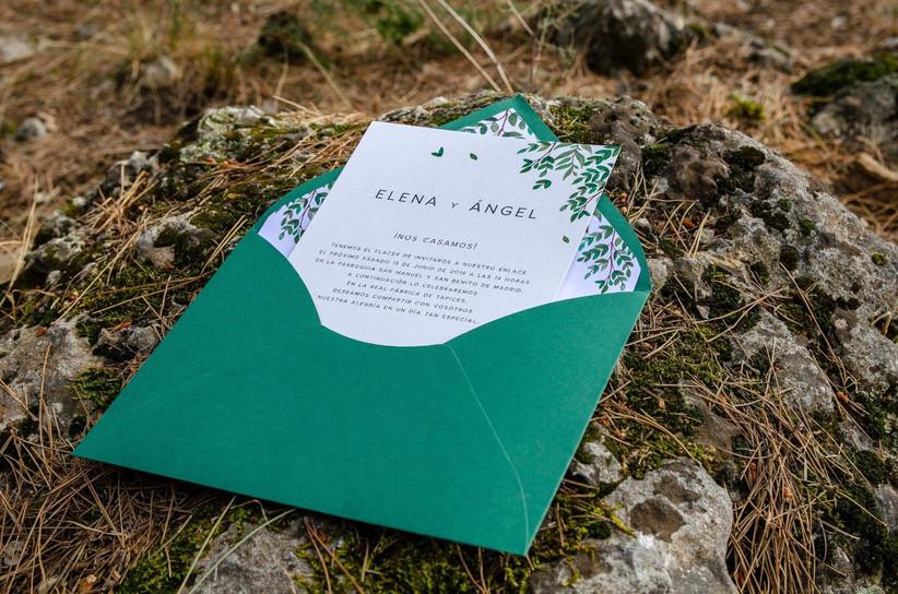 Invitación de boda con sobre en tonos verdes