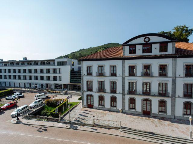 La boda de Dennis y Laura en Oviedo, Asturias 1