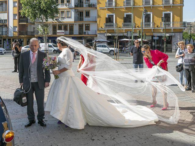 La boda de Miguel Ángel y Mari Trini en Sevilla, Sevilla 15