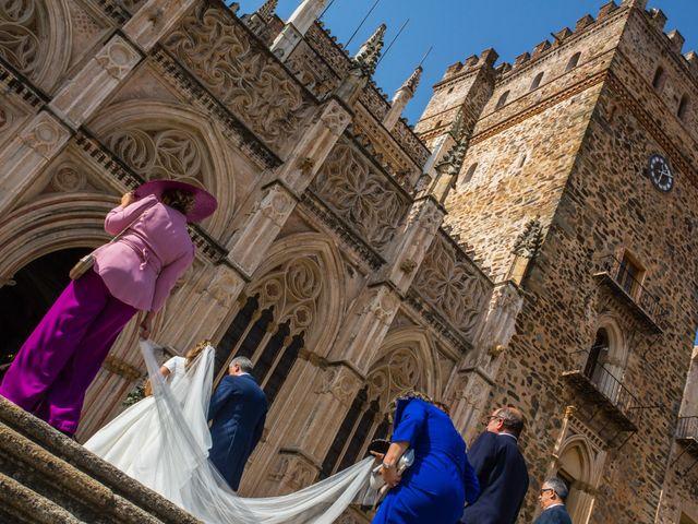 La boda de Rafael y Raquel en Guadalupe, Cáceres 23