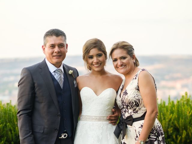 La boda de Cesar Loo y Lourdes González  en Toledo, Toledo 32