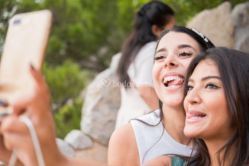 Selfie de novia y amiga