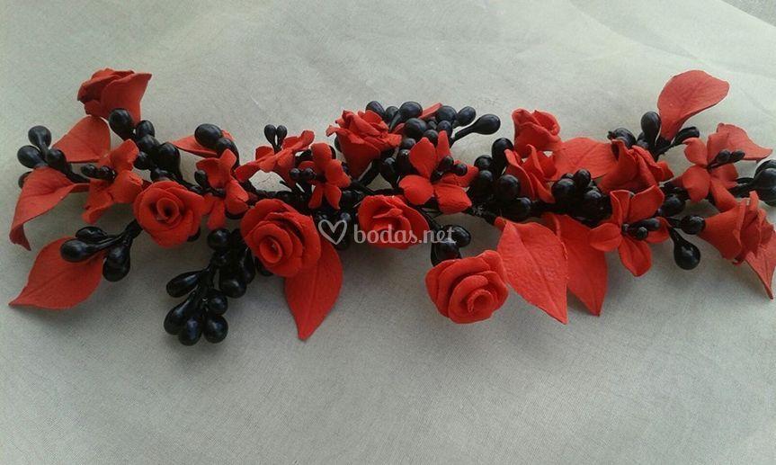 Tocado en rojo y negro