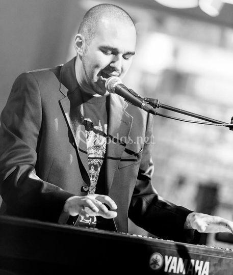 Cristian piano y voz