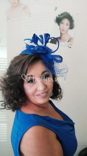 Peinado con tocado azul