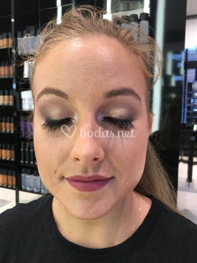 Detalle del maquillaje en dorados