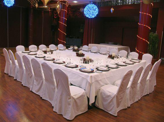 Mesa presidencial negro y plata de hotel palacio del mar for Mesa salon cuadrada