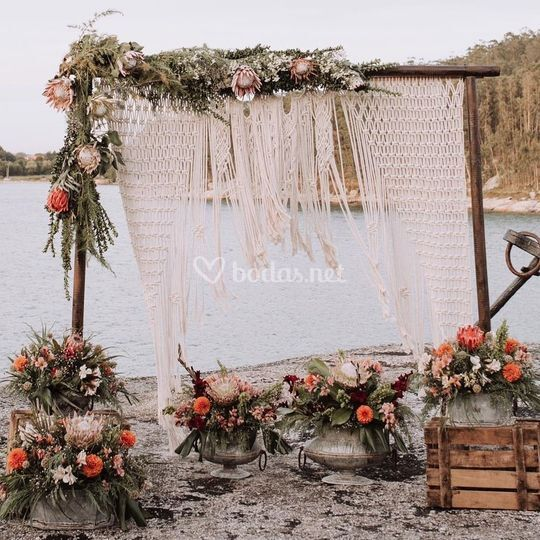 Altar con cortina de macramé