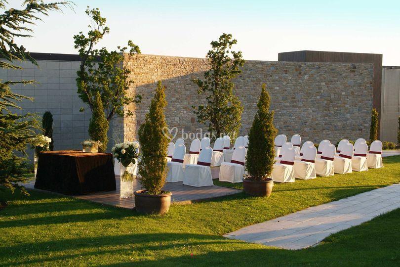 Jardín con fondo de piedra