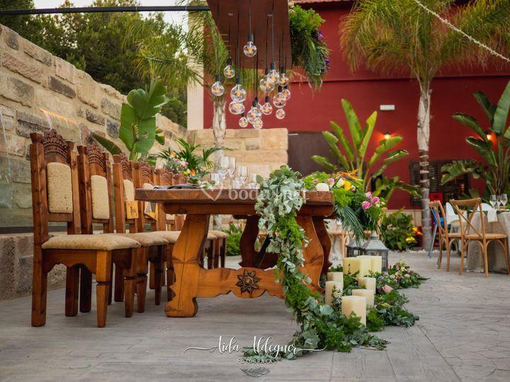 Mesa en tonos tropicales