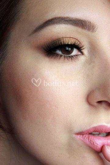 Maquillaje en tonos dorados