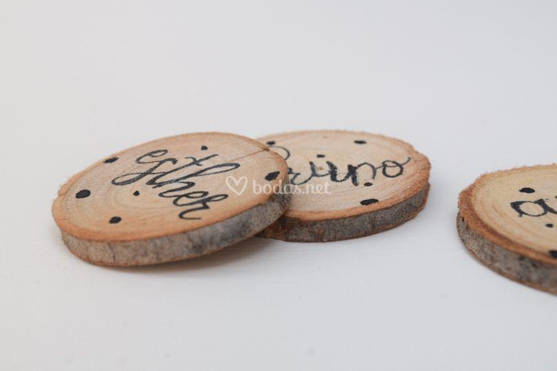 Rodaja de madera con nombre