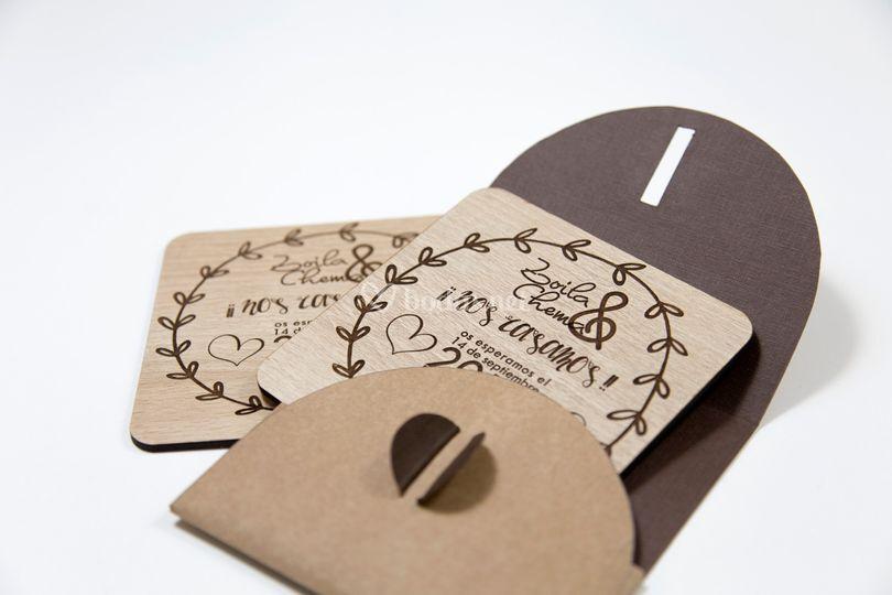 Invitación de madera grabada