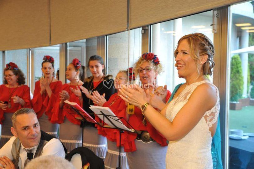 Novia cantando con nosotros