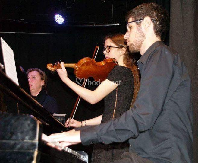 La pareja tocando