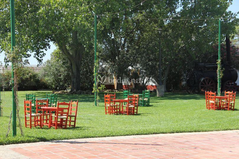 Jardín con sillas sevillanas