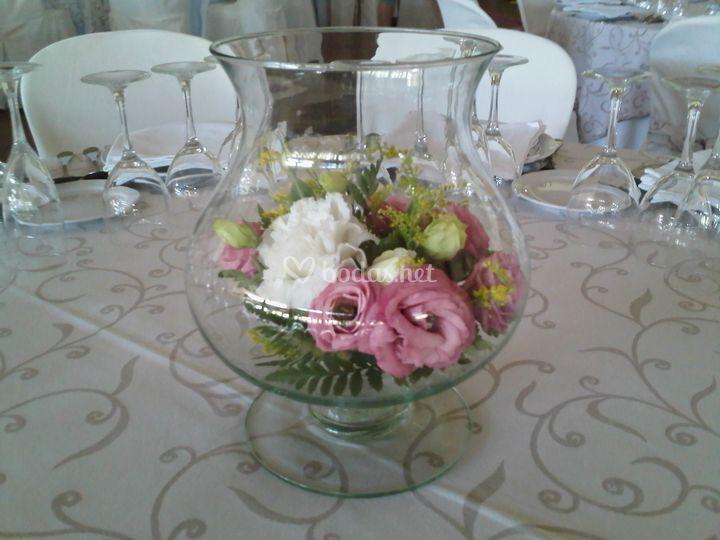 Centro con copa de cristal y flores
