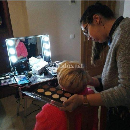 Realizando maquillaje
