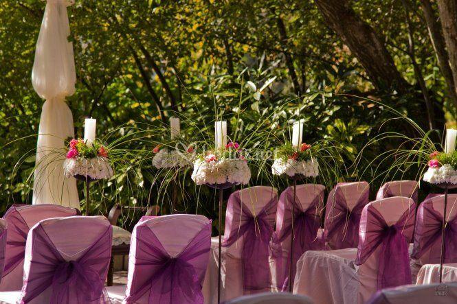 Ceremonia en lila con flores y velas