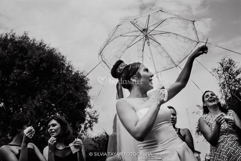 La novia y su paraguas