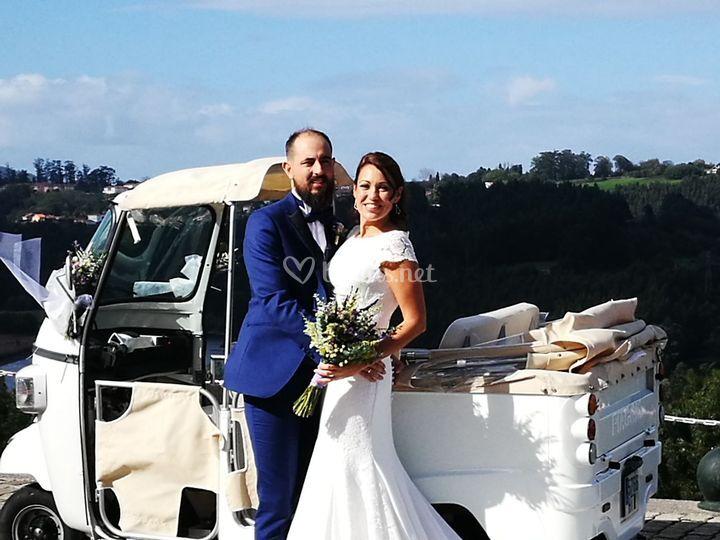 Una paraje posa en su boda
