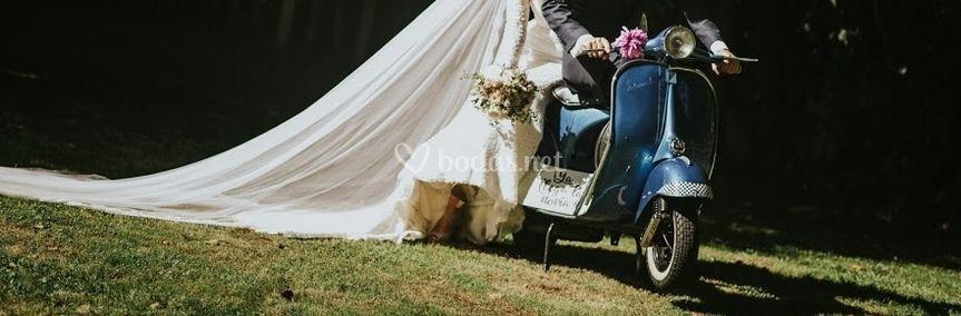 Vespa clásica y recién casados