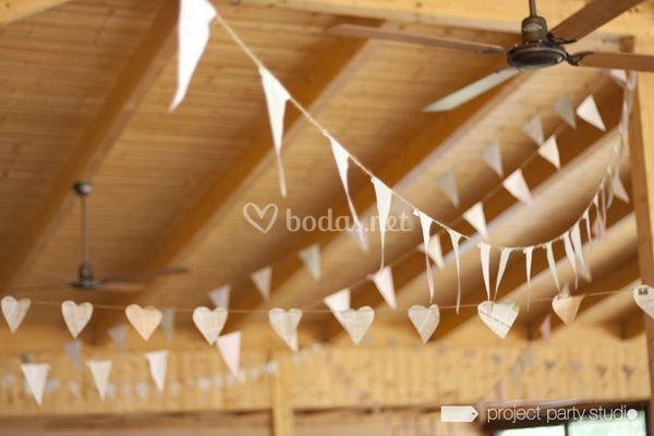 Guirnaldas de banderines de tela para bodas for Bodas en el campo decoracion