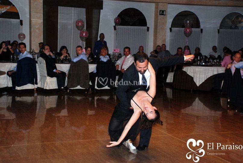 Pareja de bailarines en show