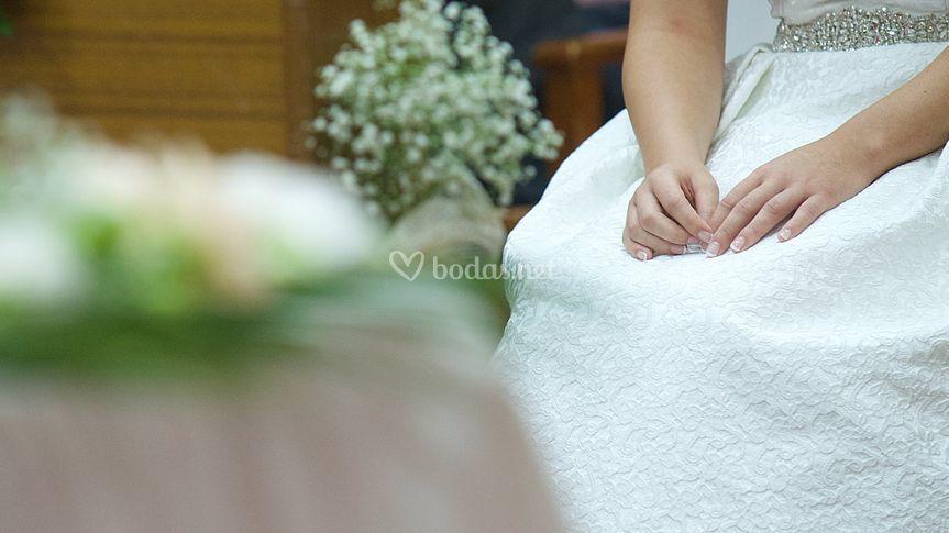 Manos nerviosas de la novia