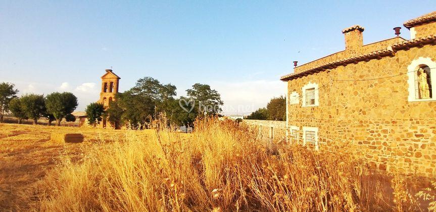 Iglesia y pabellón, exteriores