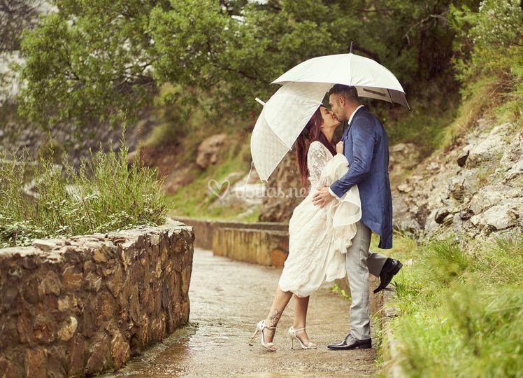 Postboda bajo la lluvia