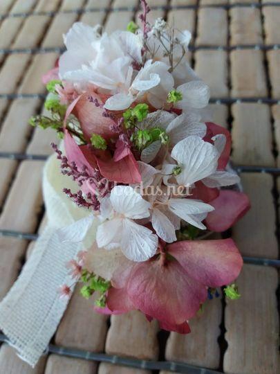 Pulsera de flores preservadas