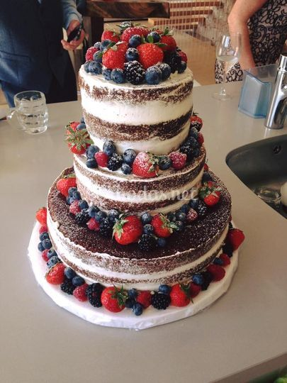 NUde Cake con furtos rojos
