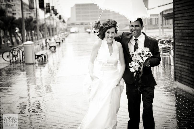 Fotos de boda en San Sebastian - Bajo la lluvia junto al Restaurante People