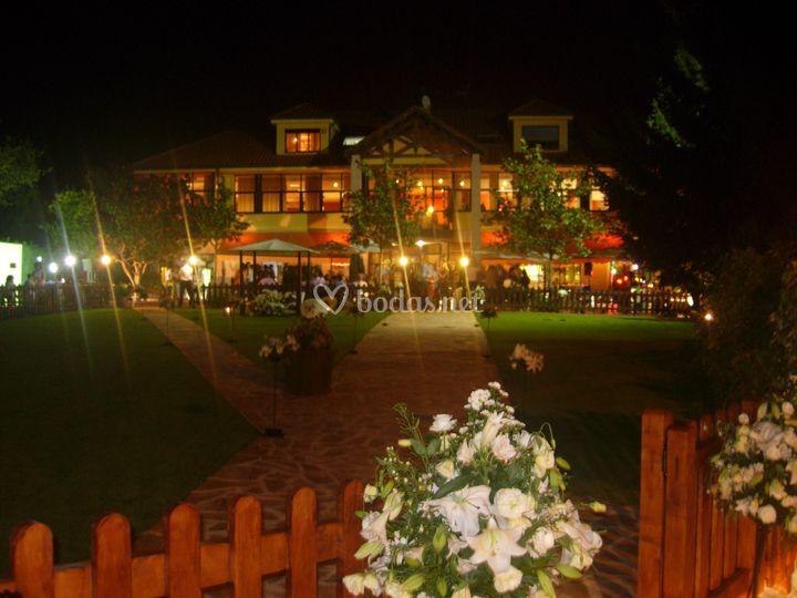 Exterior por la noche de Los Jardines de Arbesu