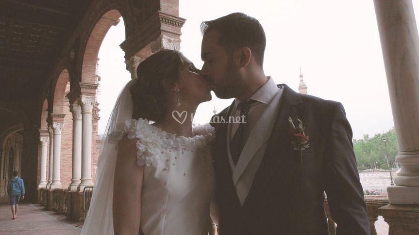 Beso en la plaza de españa