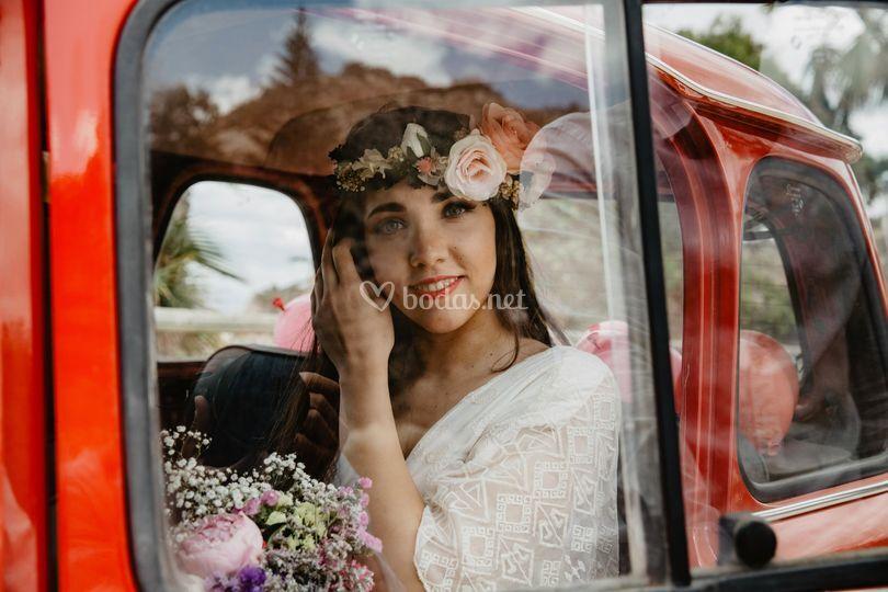 Novia en coche retro