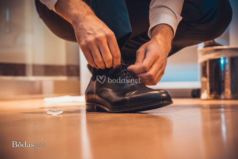 Abrochándose los zapatos