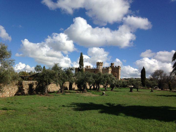 El castillo de la arguijuela for Jardines la cartuja el puig