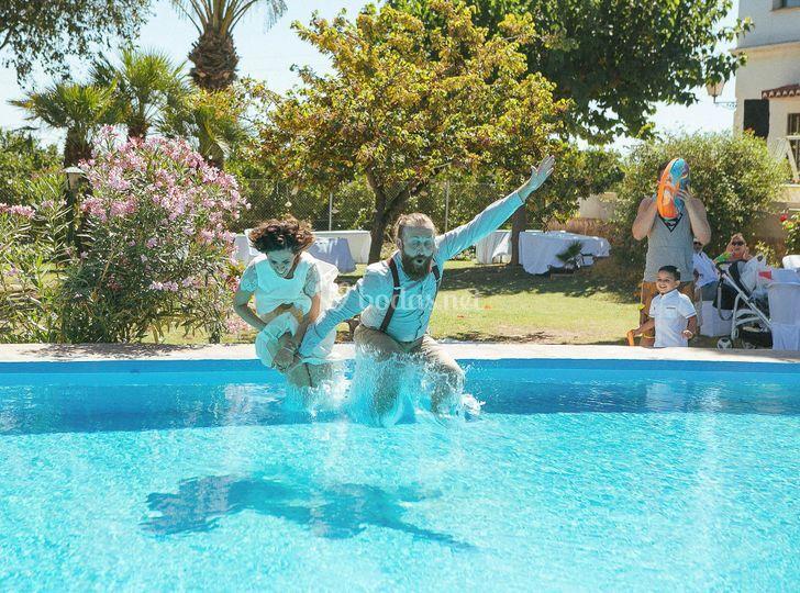Salto de novios a la piscina