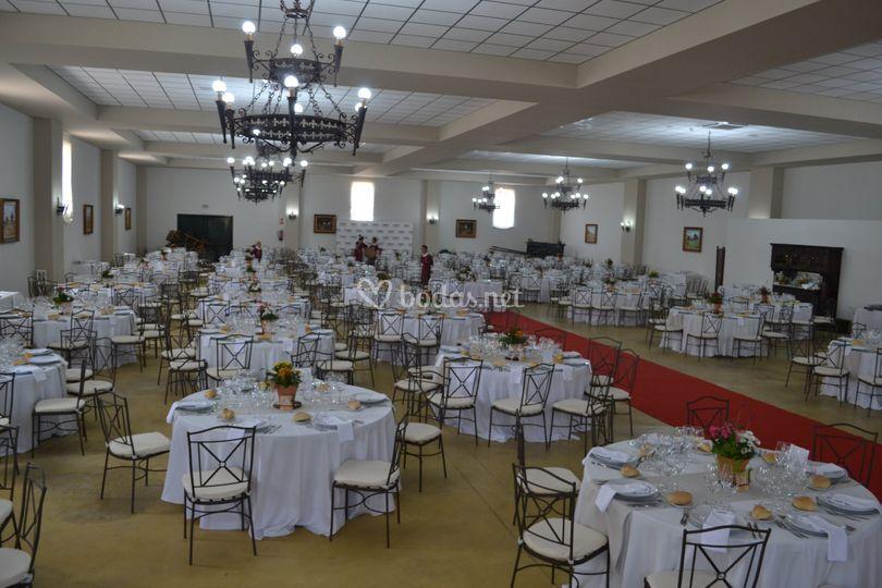 Banquete con mesas blancas