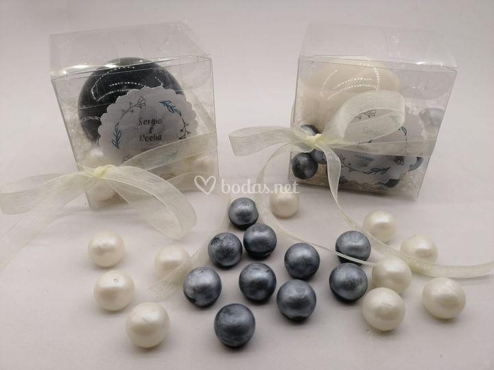 Cajas con bolas grandes y pequeñas