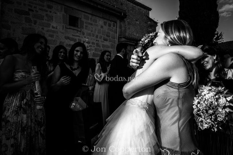 Abrazando a la novia