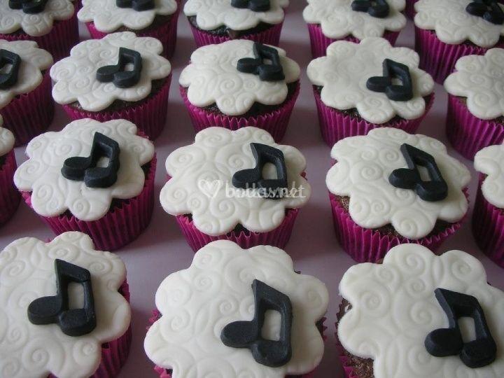 En La Mesa De Dulces No Pueden Faltar Cupcackes Con Notas Musicales En