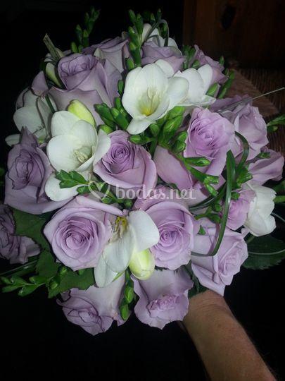Rosas lilas y fresias