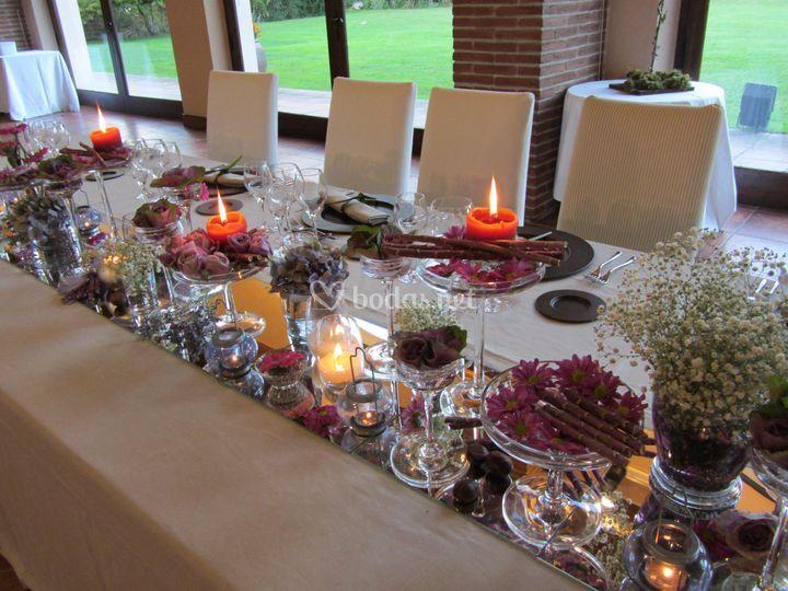 Mesa imperial romántica en lilas y rosas