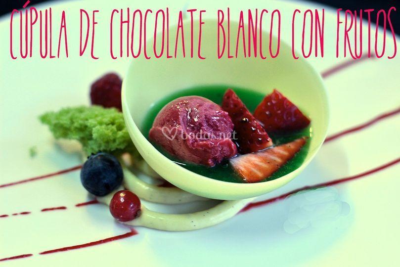 Cúpula de chocolate con frutos rojos