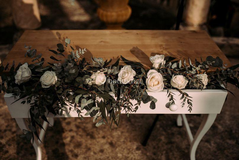 Mesa para la ceremonia y arreglo flora