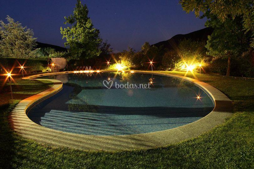 Vista piscina iluminada de Can Barrina