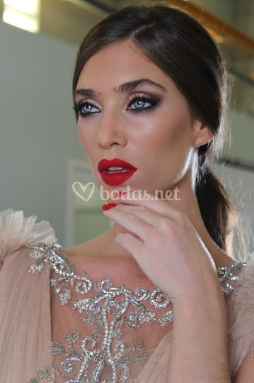 Maquillaje de novia con labio rojo